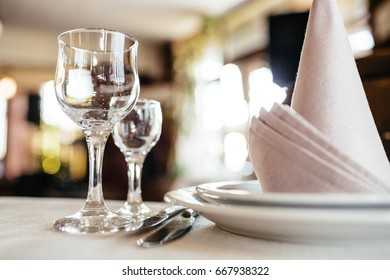 Photo of cutlery, napkins and glasses on the table
