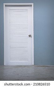 A photo of empty wall with a white door