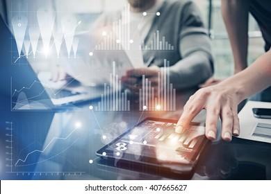 Photo mains de femmes touchant l'écran moderne tablette.Responsable de compte travaillant un nouveau projet d'investissement dans une banque mondiale.Utilisation d'appareils électroniques. Icônes graphiques, interface boursière mondiale. Horizontal
