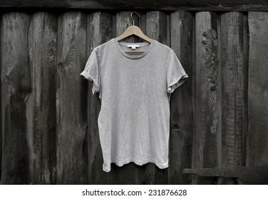 Photo gray blank t-shirt on dark wood wall