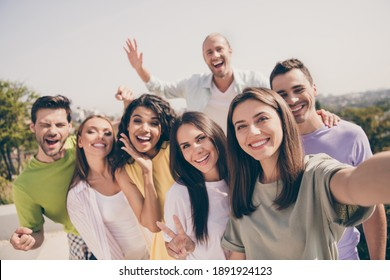 Photo group of young smiling excited cheerful positive good mood people partying chill on rooftop take selfie outside