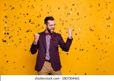 Foto von gut aussehenden wohlhabenden Kleidung stylische Mann Business Mann gut gekleidete Konfetti fallen erfolgreicher Bester Arbeiter des Jahres Trageartikel Schuh-Shirt Blazer Hosen einzeln gelber Hintergrund