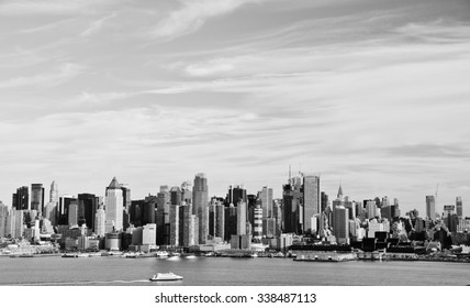 photo high contrast new york city skyline cityscape. black and white new york skyline over midtown manhattan nyc. beautiful epic new york city skyline city in black and white.