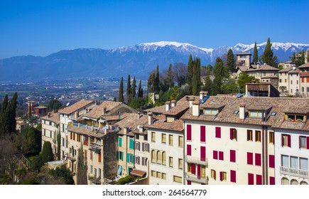 Photo of the Italian town of mountains in the background
