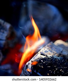 Photo macro light flame of fire fragment among wood in the evening