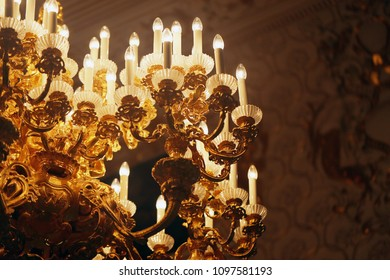 Photo macro magnificent gold-plated chandelier in an ancient Palace