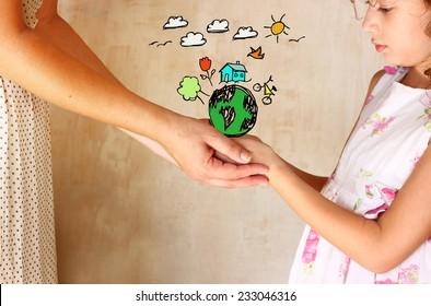 foto de madre e hijo tomándose de la mano y mostrando un mejor concepto del mundo con infografías fijas. concepto de protección y educación