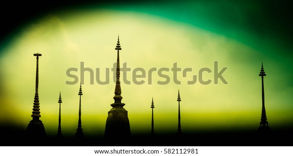 Photo Pagoda evening mysterious and beautiful, with green and yellow light shines in the darkness.
