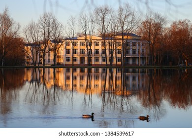Photo of a palace near Petersburg reflection in a lake