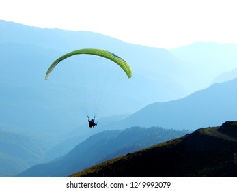 photo parachute in the mountains