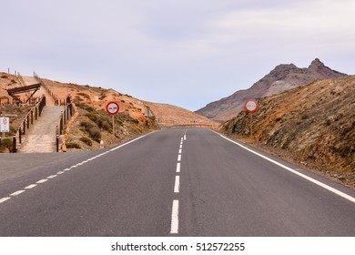Photo Picture of a road leading off into the desert