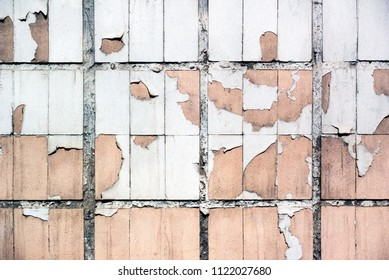 Photo pink tiles on the wall with worn out due to weather and time paint