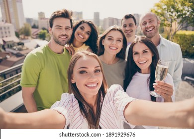 Photo portrait of carefree friends spending free time at party in university campus taking selfie smiling drinking champagne in summer
