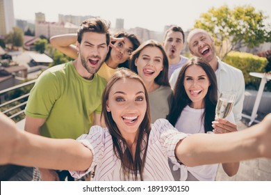 Photo portrait of careless young friends taking selfie showing tongue fooling grimacing drinking champagne smiling at party