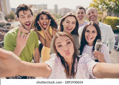 Photo portrait of careless young friends taking selfie showing heavy metal sign sending air kiss drinking champagne smiling at party