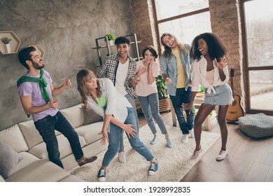 Photo portrait of friends laughing feeling happy entertaining dancing on weekend