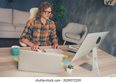 Photo portrait man wearing glasses working on computers administrating new project