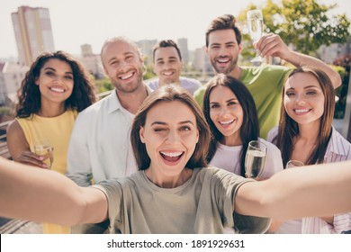 Photo portrait of young students company at party in university campus taking selfie smiling drinking champagne winking outdoors