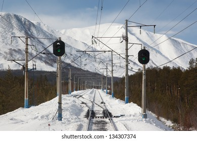 Photo of railroad turnout with two traffic lights on the Baikal-Amur Mainline