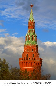 Photo of the red tower of the Moscow Kremlin against the background of the spring sky