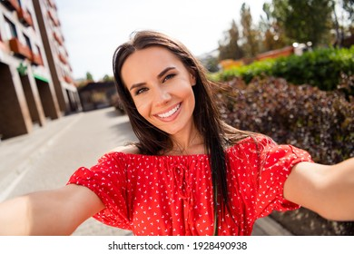 Photo relaxed charming positive young woman hold camera make selfie summer outside in city center outdoors
