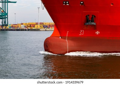Das Foto zeigt die Schleife eines laufenden Frachtschiffes