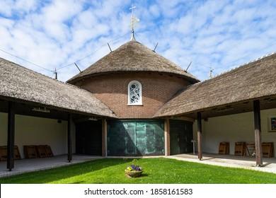 Das Foto zeigt die Inselkirche St. Nikolaus auf der Nordseeinsel Baltrum in Deutschland