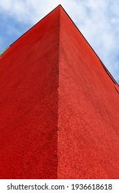 Das Foto zeigt eine rote Ecke eines modernen Gebäudes