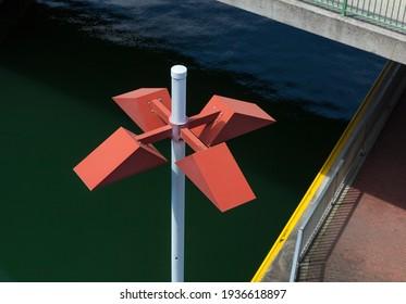 Das Foto zeigt eine Straßenlampe, die von Brücken und Pfaden umgeben ist