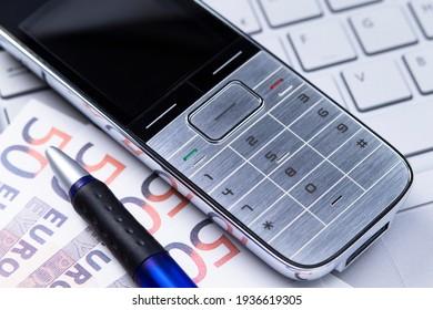Das Foto zeigt einen Telefonempfänger auf der Computertastatur