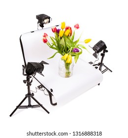 Photo Still life Shooting Table with lights and Tulips on a white background