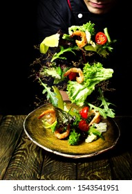Photo in which the chef tosses the salad