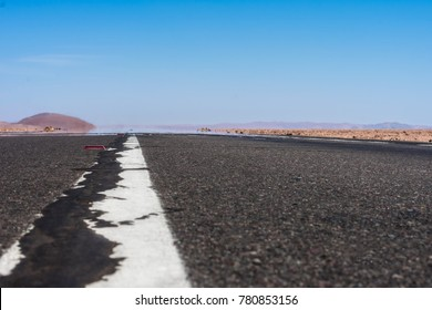 photograph of a route, road or asphalt road with a continuous line taken at the end of the floor, the image shows a mirage and a desert landscape with a lot of heat