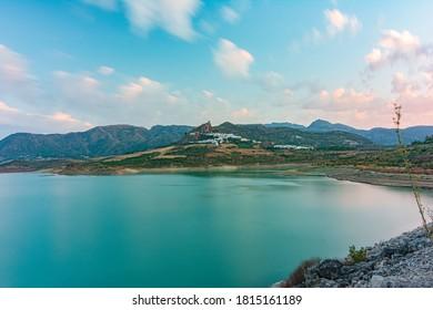 A photograph of the Zahara-El Gastor reservoir, where you can see the Cadiz town of Zahara de la Sierra.