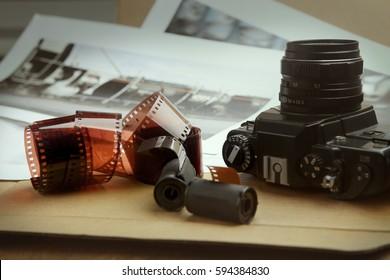 Fotografische Filmrollen, Kassetten und Kamera. Analoges Filmstreifen. Analogfotografie.