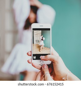 Photographing a beautiful model on the phone
