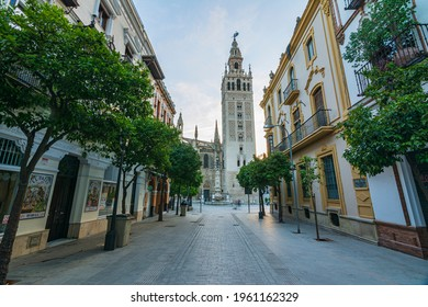 Photographs of the center of Seville with the streets empty due to the pandemic in its fair week.