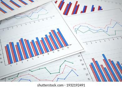 Fotos von Diagrammen, Diagrammen und Zahlen, die den Anstieg und Rückgang des Marktes zeigen