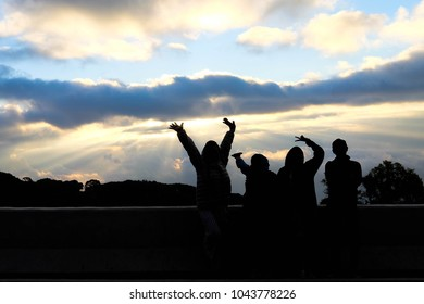 Photos silhouette of tourists with beautiful sunrise.