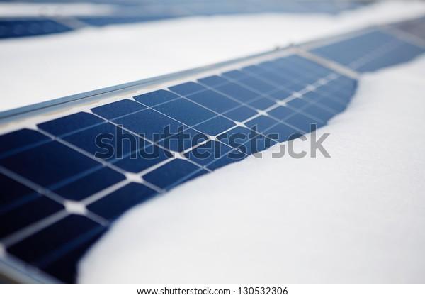 módulos fotovoltaicos en invierno cubiertos de nieve