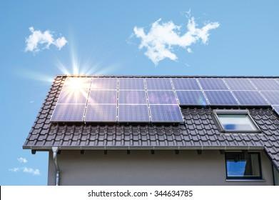 Fotovoltaik-Paneele auf dem Dach