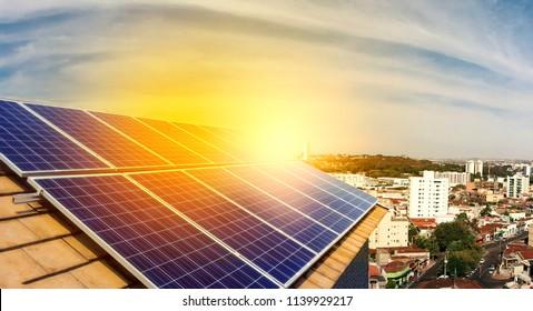 Usina fotovoltaica no telhado de um edifício residencial no dia ensolarado - Conceito de energia solar de recursos sustentáveis