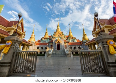 Phra Maha That Chedi Phakdee announces The beautiful temple is located next to the sea. At Prachuap Khiri Khan in Thailand