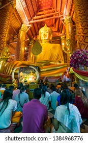 Phra Nakhon Si Ayutthaya. Thailand. 09/11/2018. Wat Phra Chao Phanan Choeng. Tissus Ceremony front of seated Buddha