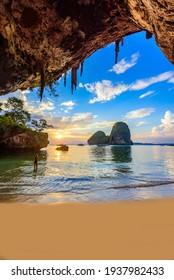 Phra Nang Cave Beach bei Sonnenuntergang - tropische Küstenlandschaft Krabi - Paradise Reiseziel in Thailand, Asien