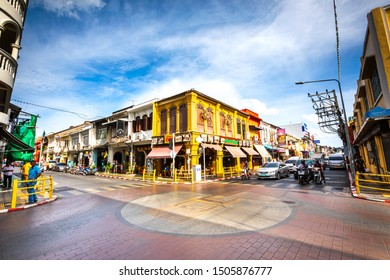 Phuket Districtul Mueang, Thailand. August 3, 2019: Historic center of the famous city of Phuket in Thailand, road junction between Yaowarat Rd and Krabi. Colored houses.