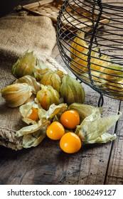 Physalis alkekengi Beeren auf dem Tisch. Vitamin-C-reiches Obst