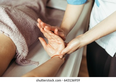 physical therapist massage hands. Hand Massage Su Jok