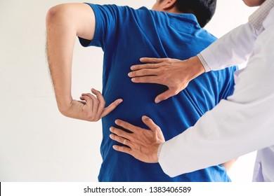 Physiotherapeutisches Arbeitskonzept, Arzt- und Patientenleiden oder Chiropraktor, der bei Rückenschmerzen in der Klinikmedizinischen Klinik untersucht wird
