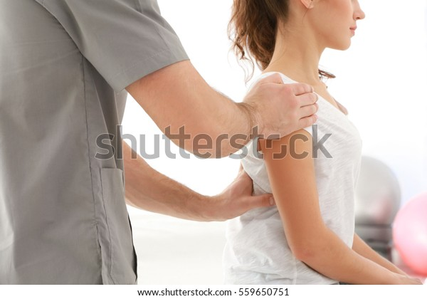 Physiotherapeutin, der mit Patienten in der Klinik arbeitet, Nahaufnahme